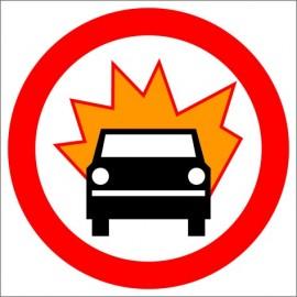B-13 zakaz wjazdu pojazdów z materiałami wybuchowymi lub łatwo zapalnymi.